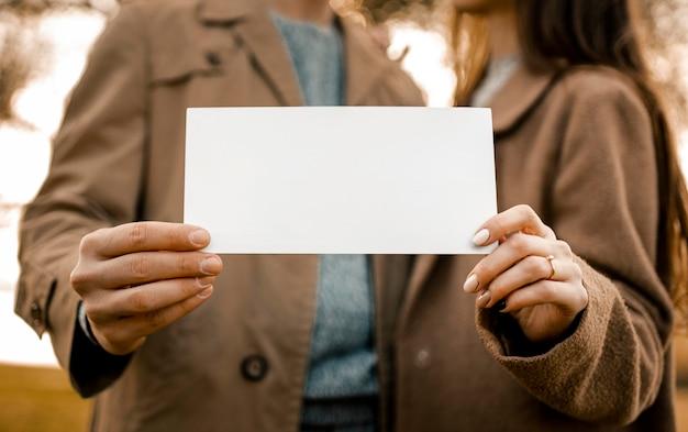 Nahaufnahme hände, die papier halten