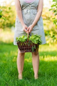 Nahaufnahme hände, die salatkorb halten