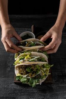 Nahaufnahme hände, die taco machen