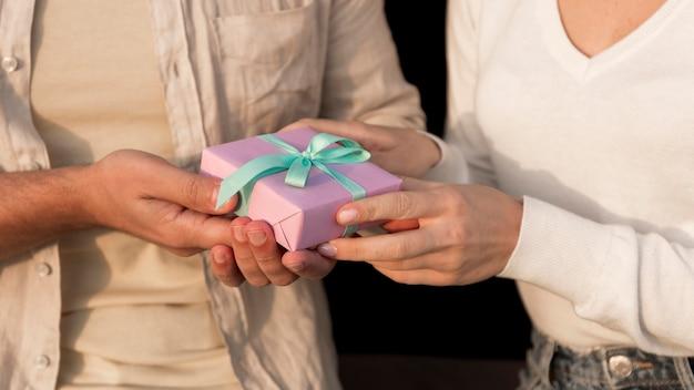 Nahaufnahme hände halten geschenk