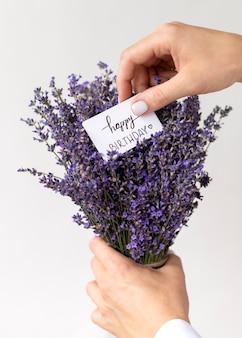 Nahaufnahme hände halten lavendel und notiz