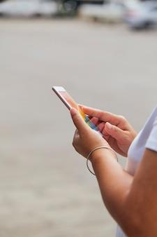 Nahaufnahme hände mit smartphones