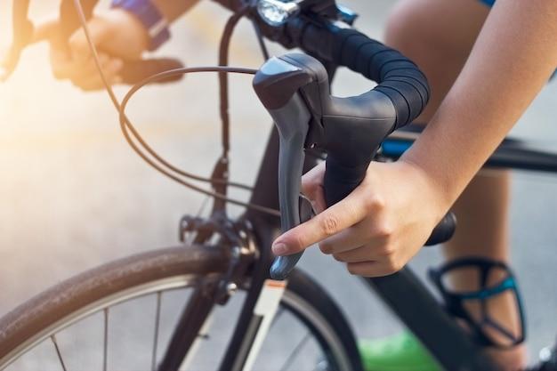 Nahaufnahme hände und lenker eines jungen biker auf der straße