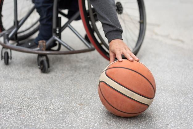 Nahaufnahme hand, die basketball berührt