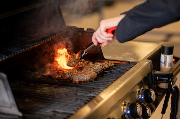 Nahaufnahme hand, die grill macht