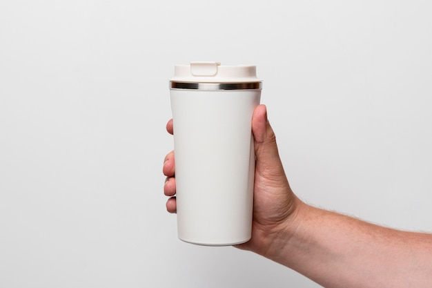 Nahaufnahme hand, die kaffeeflasche hält