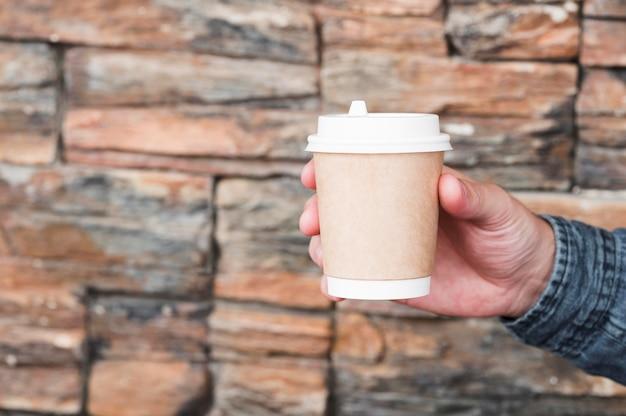 Nahaufnahme hand, die kaffeetasse hält