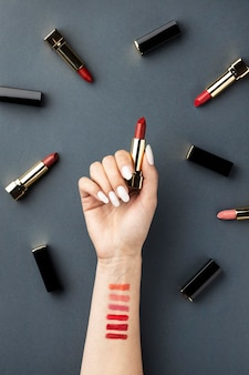 Nahaufnahme hand, die lippenstift draufsicht hält