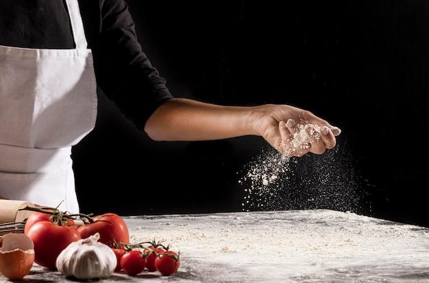 Nahaufnahme hand, die mehl hält