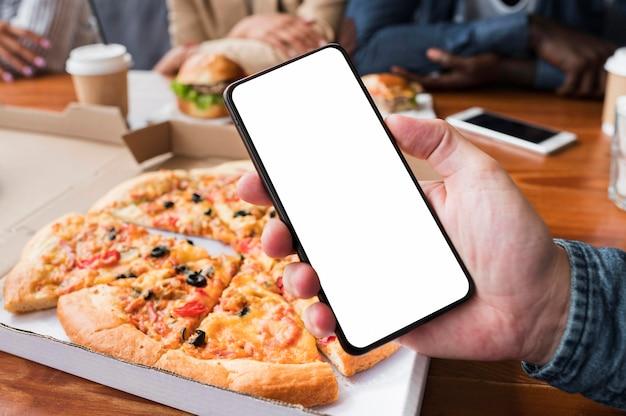 Nahaufnahme hand, die smartphone hält