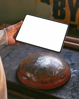 Nahaufnahme hand, die tablette hält