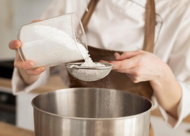 Nahaufnahme hand, die zucker gießt