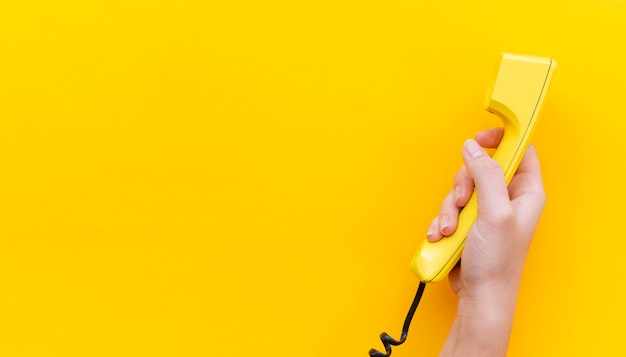 Nahaufnahme hand hält telefon
