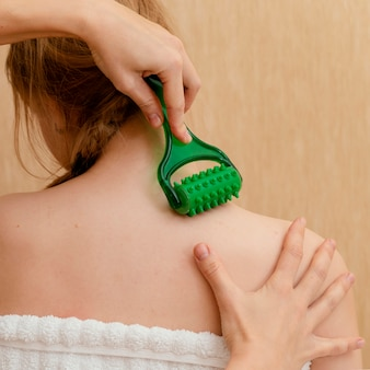 Nahaufnahme hand halten massagewerkzeug