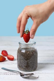 Nahaufnahme hand mit erdbeere