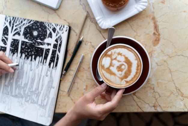 Nahaufnahme hand mit kaffeetasse
