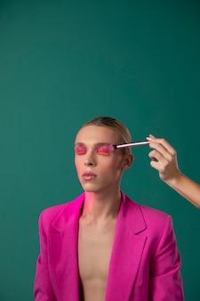 Nahaufnahme hand mit make-up-pinsel