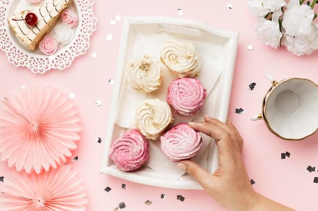 Nahaufnahme hand mit süßigkeiten anordnung