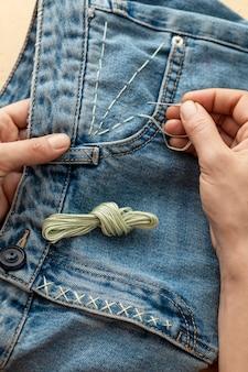 Nahaufnahme hand nähen jeans