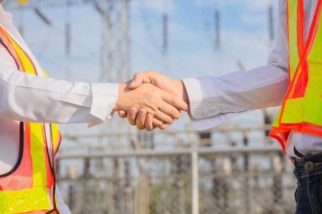 Nahaufnahme hand schütteln teamarbeit, ingenieur schütteln hand teamarbeit