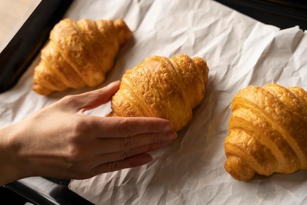 Nahaufnahme hand und croissants