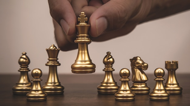 Nahaufnahme hand wählen könig gold schach