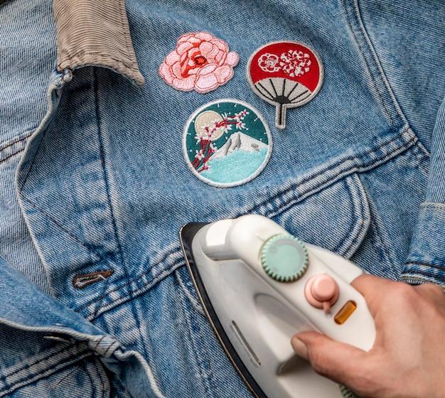 Nahaufnahme handbügeln jeansjacke