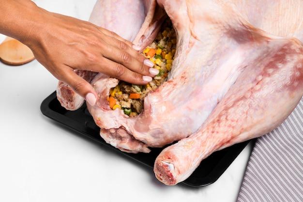 Nahaufnahme handfüllung thanksgiving truthahn