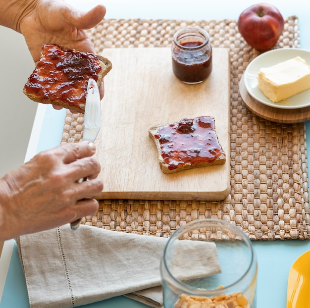 Nahaufnahme handhaltebürste mit marmelade