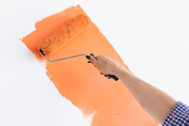 Nahaufnahme handmalerei innenwand des hauses mit farbroller. renovierung, renovierung, wohnung