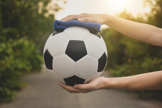 Nahaufnahme handreinigung fußball und football league kommen zurück