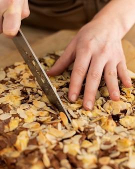 Nahaufnahme handschneiden dessert