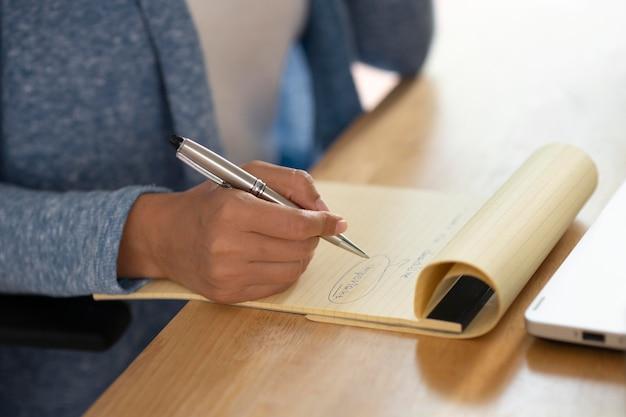 Nahaufnahme handschrift auf notizbuch