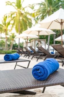 Nahaufnahme handtuch auf strandkorb - reise- und urlaubskonzept