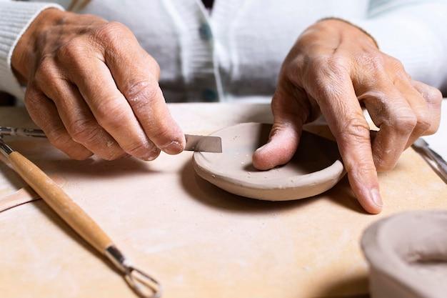 Nahaufnahme handwerker modelliertopf