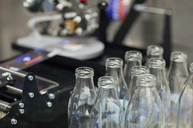 Nahaufnahme hintergrundbild von flaschen am förderband in der lebensmittelfabrik, kopienraum
