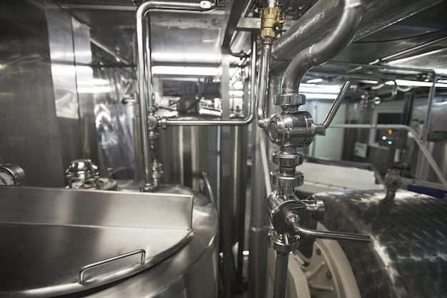Nahaufnahme hintergrundbild von stahlmaschineneinheiten in einer fabrik für die saubere lebensmittelproduktion, kopienraum