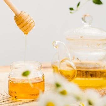 Nahaufnahme honigschöpflöffel und teekanne