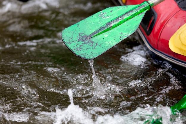 Nahaufnahme irgendein teil des paddels während der jungen person, die auf dem fluss flößt