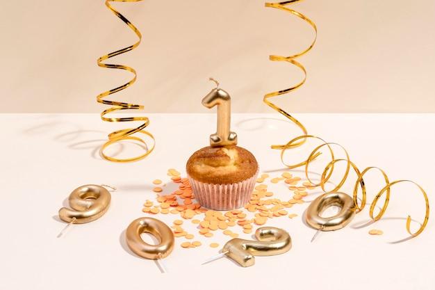 Nahaufnahme-jubiläums-cupcake auf tisch