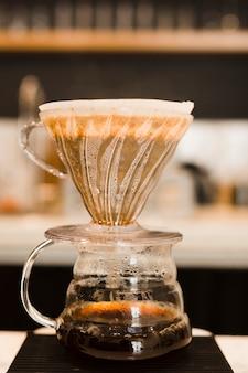 Nahaufnahme kaffee auf filter