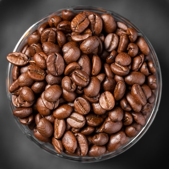 Nahaufnahme kaffeebohnen in der schüssel