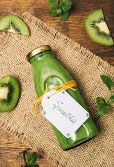 Nahaufnahme kiwi smoothie mit smoothie-label