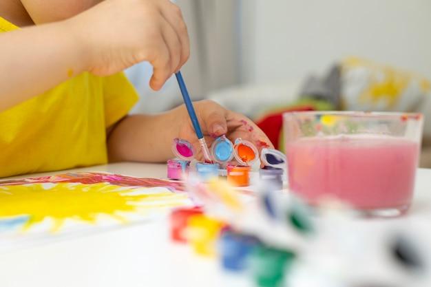 Nahaufnahme kleiner junge malt