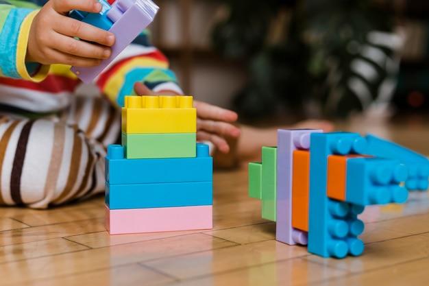 Nahaufnahme kleiner junge spielt mit spielzeug