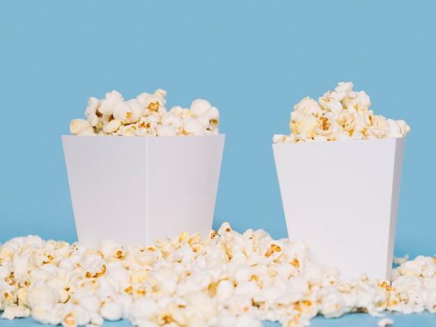 Nahaufnahme köstliche popcornboxen auf dem tisch