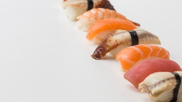 Nahaufnahme köstliche reihe von sushi bereit serviert zu werden