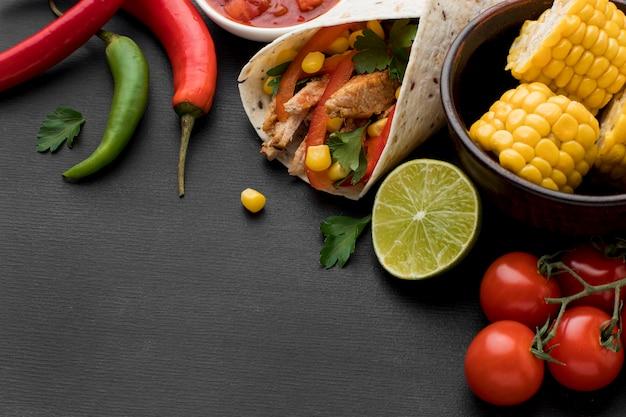 Nahaufnahme köstliche tortilla wrap mit chili