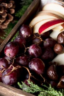 Nahaufnahme köstliche trauben und geschnittene äpfel