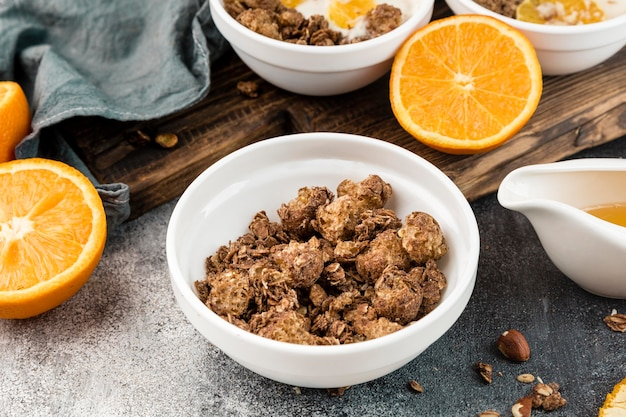 Nahaufnahme köstliches müsli mit orange